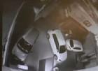 Il video della polizia mostra il momento in cui l'operaio della Gls viene travolto