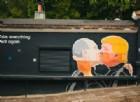 Il murales di Vilnius che rappresenta il bacio tra Vladimir Putin e Donald Trimp.