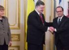 Il presidente ucraino Petro Poroshenko, con Angela Merkel e Francois Hollande.