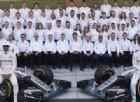 La foto di gruppo dei piloti Lewis Hamilton e Nico Rosberg con tutto il team