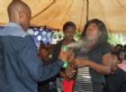 Lethebo Rabalago spruzza l'insetticida al Mount Zion General Assembly