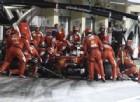 Sebastian Vettel al pit stop con gli uomini Ferrari