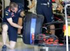 Un meccanico della Red Bull monta la gomma
