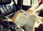 Perché ci viene la nausea mentre leggiamo in macchina?