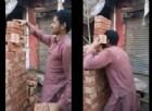 Un uomo solleva 6 mattoni insieme con la sola forza dei denti. Il video record
