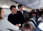 Renzi show sul volo per Bruxelles: si improvvisa steward e «difende» Alitalia