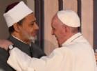 L'abbraccio tra il Papa e il grande imam in Egitto? Mons. Viganò: segno del dialogo