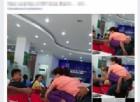 Madre anziana porta in spalla ovunque vada la figlia 30enne disabile. Le foto che hanno commosso il web