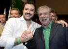 Bossi contestato al Congresso della Lega. Salvini: «Serve aria nuova»