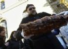 Apre una moschea: i residenti «rispondono» con la porchetta