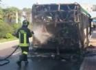 Bus dell'Actv avvolto dalle fiamme sulla strada che porta all'aeroporto