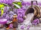 I benefici dell'olio essenziale di lavanda (in foto: fiori di lillà e essenza di lavanda)
