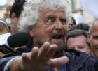 Elezioni amministrative, Grillo alle urne col casco: «Ho votato, fatelo anche voi»