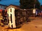 Si scontrano un taxi e un'auto: nove persone ferite