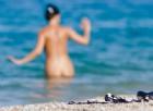 Prima il mix di alcol e droga, poi completamente nude in spiaggia: le recupera il 118