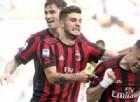 Gianluca Lapadula festeggiato dai compagni dopo un gol
