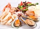 Mangia frutti di mare avariati: i conati di vomito causano la rottura della vescica
