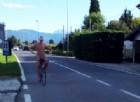 Uomo in mutande gira le Valli del Natisone in bici