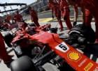Sebastian Vettel fermo ai box durante le prove libere