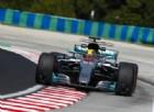Lewis Hamilton arriva largo durante uno dei suoi giri veloci