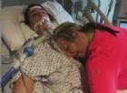 L'ultimo abbraccio della mamma alla figlia uccisa da un'overdose. Le immagini choc