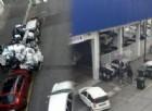 La segnalazione di un lettore: immondizia in strada fuori dal supemercato