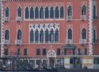 Degrado a Venezia: uomo urina sul muro dell'hotel Danieli