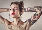 Tatuaggi: particelle di inchiostro e biossido di titanio si depositano in sangue e linfonodi