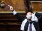 4 fiducie al Rosatellum: bagarre in Aula, il «sì per la stabilità» di Napolitano e fuori infiamma la protesta M5s