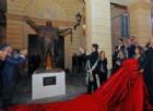 L'abbraccio del maestro Pavarotti alla sua Modena