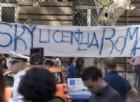 Sky si sposta da Roma a Milano: il «benvenuto» con spillette e voucher che nasconde il dramma di tanti lavoratori