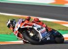 Domina la Ducati, Marquez è in ritardo e cade