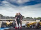 La porta sulla macchina da F1, poi... le chiede di sposarlo!