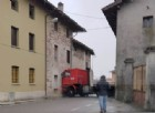 Camion finisce di traverso tra due case di Ribis