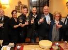 Un brindisi inaugurale con al centro lo chef e i titolari di Dvor