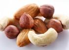 Cancro al colon, noci e mandorle lo combattono più velocemente
