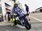 Zarco in testa, Valentino Rossi nei guai: cade e perde pezzi