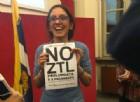 Maria Lapietra, assessore ai Trasporti del Comune di Torino, con il cartello «No Ztl prolungata»