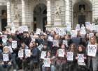 I manifestanti sotto Palazzo Civico