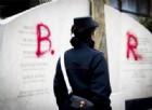 """Via Fani, lapide per Moro imbrattata con la scritta """"BR"""". Raggi: «Ripulita, non ci pieghiamo»"""
