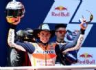 Marc Marquez con il cappello da cowboy a braccia alzate sul gradino più alto del podio della MotoGP ad Austin