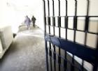 Abbraccio in carcere, il figlio così cerca di passare la droga alla madre detenuta