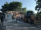 Arrivano le «ruspe di Salvini»: abbattuta casa abusiva in un campo rom