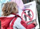 Mamma «no vax» si vanta su Facebook di aver falsificato il certificato: denunciata dalla scuola