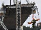 I soccorsi al lavoro tra le macerie del ponte Morandi