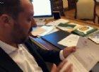 Salvini apre in diretta Facebook la busta contenente l'accusa nei suoi confronti