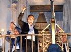 """Cori e bandiere per l'esaltazione a 5 stelle: dal balcone di Palazzo Chigi Di Maio gioisce con il suo """"popolo"""""""