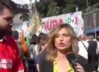 La giornalista mostra i militanti Pd in piazza, perfino la Annunziata ride...