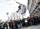 Studenti bruciano bandiere della Lega e del M5s: è questo il loro No Salvini Day