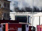 Grave incendio nel deposito Ama, a Roma non si respira. Raggi: «Evitate l'aria aperta»
